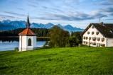 Kapelle bei Hegratsried im Allgäu - am Hegratsrieder See mit den Tannheimer Bergen