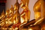 Buddhastatuen im Wat Pho in Bangkok. Dieser im Zentrum der historischen Altstadt von Bangkok gelegene buddhistische Tempel hat den längsten liegenden Buddha in Thailand.