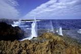 """""""Blow Holes"""" von Carnarvon in Westaustralien. Es ist ein Naturphänomen wenn die Wassermassen bis zu 20 Meter in die Luft geschleudert werden."""