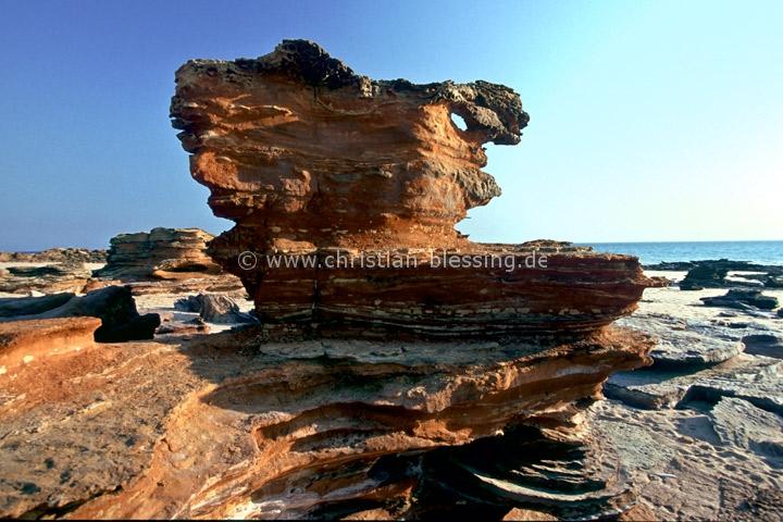 Der Gantheaume Point an der Küste Westaustraliens sind rote und braune Felsformationen, die von Wind und Wasser geformt wurden.