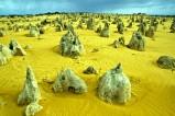 """Der Nambung-Nationalpark in Westaustralien wird auch die """"Pinnacles Desert"""" genannt. Hauptattraktion sind die bis zu vier Meter hohen verwitterten Kalksteinsäulen, die """"Pinnacles""""."""