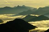 Blick vom Herzogstand über das Isartal bei Sonnenaufgang.