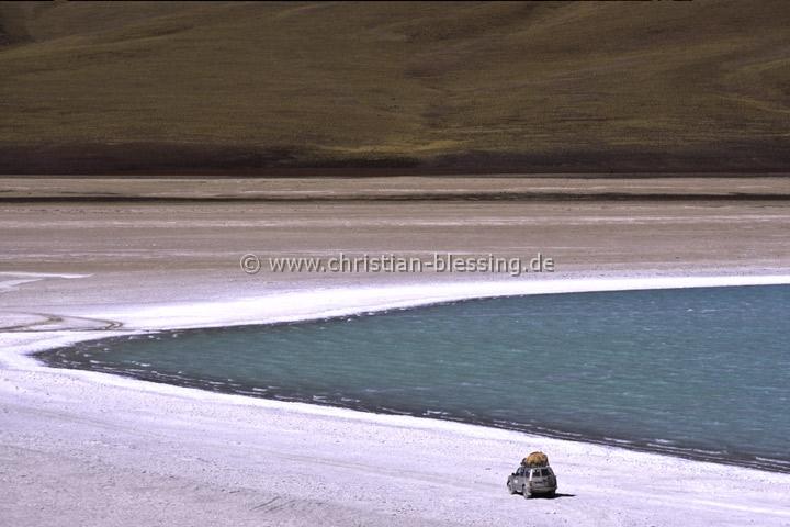 """Die Laguna Verde (""""Grüne Lagune"""") ist ein 4329 Meter über dem Meeresspiegel gelegener See am Fuß des Vulkans Licancabur im Nationalpark Andina Eduardo Abaro im Südwesten Boliviens nahe der Grenze zu Chile."""