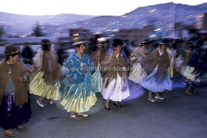 Bolivien - Indiofrauen tanzen auf den Straßen von La Paz