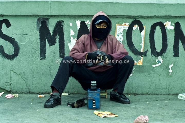 Bolvien - Schuhputzer auf den Staßen von La Paz - Schuhputzer verhüllen ihr Gesicht - sie wollen nicht erkannt werden.