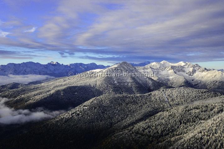 Das Estergebirge im Werdenfelser Land nach dem ersten Schneefall im Herbst - das Estergebirge im Schatten des Wettersteingebirges mit Krottenkopf und Hoher Kisten.