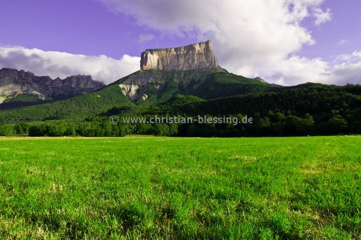 Mont Aiguille (2086 Meter) im Vercors in Frankreich - Die markante tafelbergartige Form macht den Berg südlich von Grenoble sehr bekannt. Interessant ist auch die Erstbesteigung im Jahr 1492.