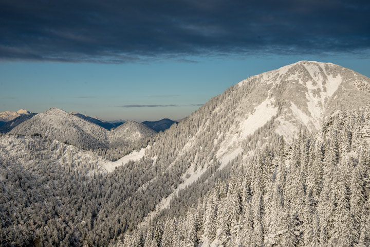 Einer der schönsten Aussichtsgipfel in den bayrischen Alpen, der Heimgarten mit dem ersten Neuschnee.