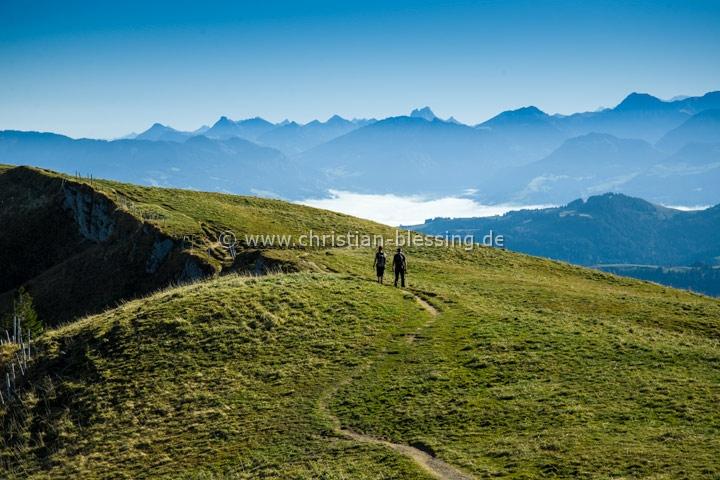Wanderer am Hochgrat auf dem Weg zum Rindalphorn - Nagelfluhkette am Nordrand der Allgäuer Alpen.