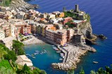 """Vernazza an der Cinque Terre ist einer der schönsten Orte am Wanderweg """"Via dell'Amore"""". Das Kastell Doria an der Felsspitze stammt aus dem 11. Jahrhundert. Die Cinque Terre gehört zusammen mit Porto Venere zum Weltkulturerbe der UNESCO."""
