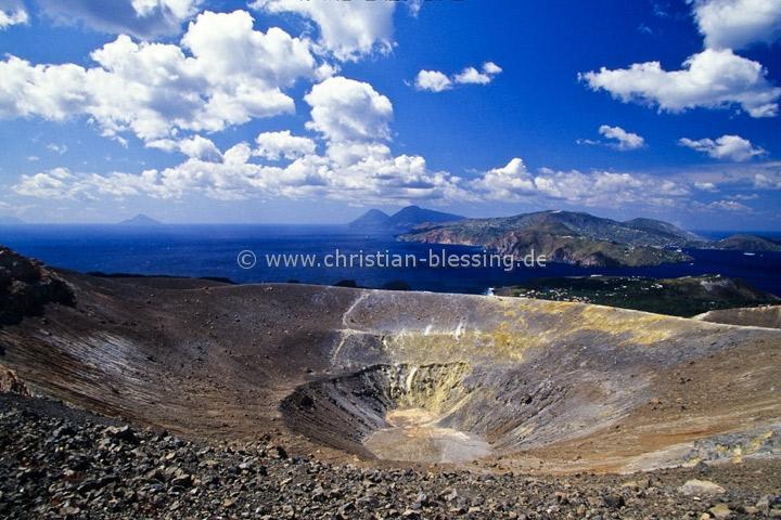 """Italien - Hauptkrater der Insel Vulcano - Vom Namen der Insel Vulcano ist das Wort """"Vulkan"""" abgeleitet. Die vor der Nordküste Siziliens gelegene Insel gehört zu den Liparischen Inseln."""