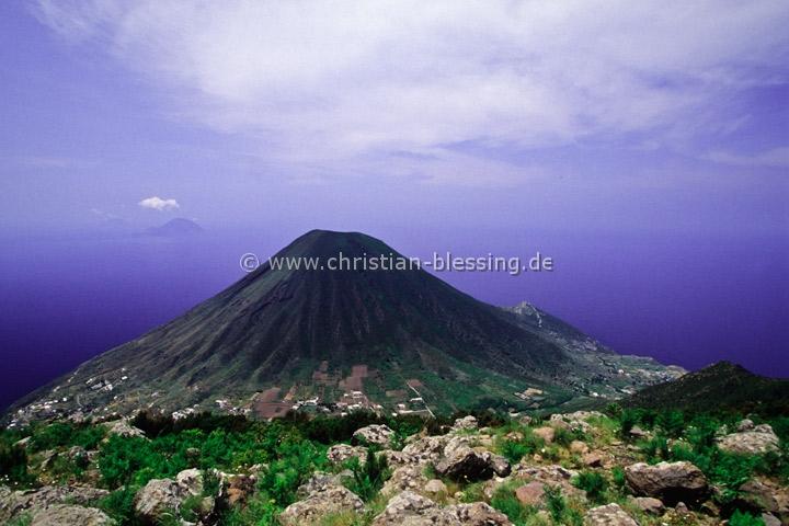 Italien - Der Vulkan Monte dei Porri auf Salina - Die vor der Nordküste Siziliens gelegene Insel Salina gehört zu den Liparischen Inseln.
