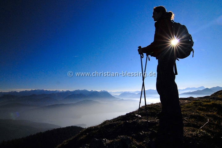 Wanderer am Jochberg - schöner Aussichtsberg am Rande der bayerischen Alpen nicht weit von München.