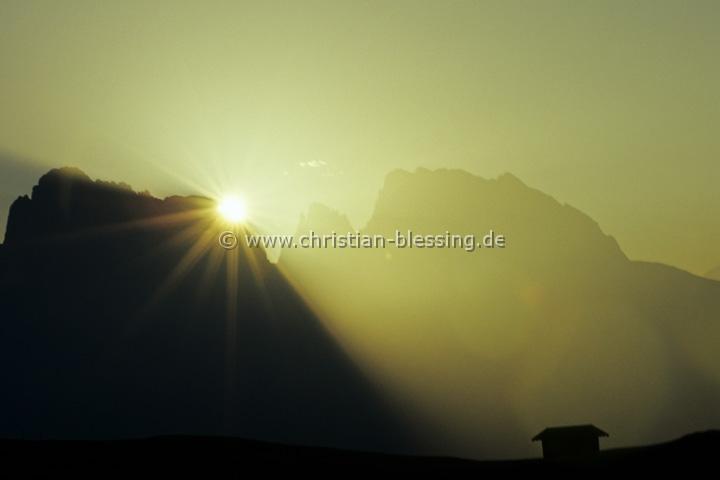 Langkofel (3181 Meter) in Südtirol - Sonnenaufgang über dem Langkofelmassiv in den Dolomiten