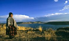Lateinamerika - Peru - Indiofrau am Umayo-See, dort wo die Grabtürme von Sillustani liegen.