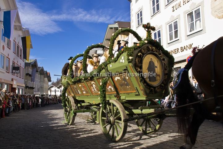 Die Leonhardifahrt in Bad Tölz ist die größte Prozession zu Pferde in Oberbayern.