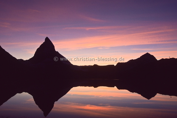 Matterhorn am Riffelsee im Abendlicht - Der schönste Berg der Welt? - Auf jeden Fall der bekannteste Berg der Schweiz.