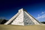 """Chichén Itzá ist eine der der größten und bedeutendsten Ruinenstätten auf der Halbinsel Yucatán in Mexiko. Im Zentrum der Tempelanlagen befindet sich die ungefähr dreißig Meter hohe als """"Castillo"""" bezeichnete große Stufenpyramide. Chichén Itzá gehört zum Weltkulturerbe der UNESCO."""