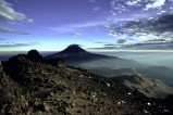 Blick vom benachbarten erloschenen Vulkan Iztaccíhuatl auf den Popocatépetl in Zentralmexico. Der Popocatépetl ist der zweithöchste Berg Mexikos sowie der zweithöchste Vulkan Nordamerikas.