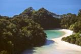 Bucht am Abel Tasman Trail. Seine goldenen Strände und sichelförmigen Buchten mit kristallklarem Wasser sind eines der Highlights in Neuseeland.