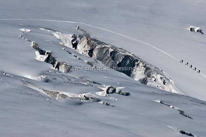 Bergsteiger auf dem Weg zur Wildspitze, dem höchsten Berg in Tirol und den Ötztaler Alpen. Sie überqueren den Taschachferner, einen sehr spaltenreichen Gletscher.
