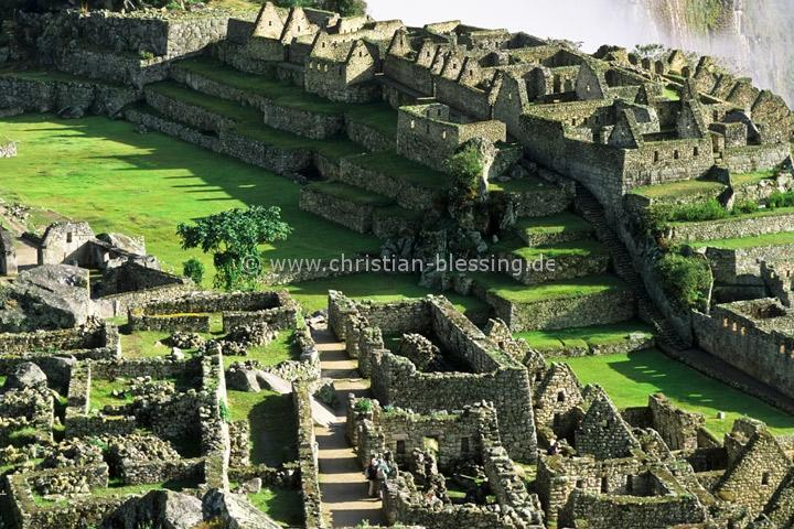 Die Ruinenstadt Machu Picchu in den peruanischen Anden ist eine der bekanntesten Sehenswürdigkeiten Südamerikas. Die im 15. Jahrhundert von den Inkas erbaute Bergfestung gehört zum Weltkulturerbe der UNESCO.