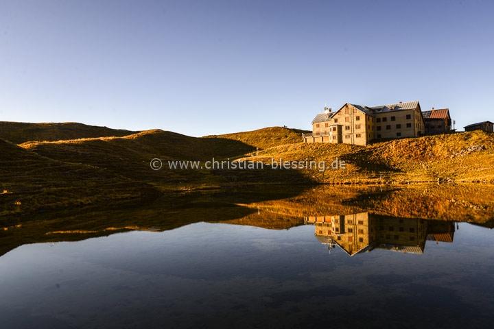 Die Rappenseehütte in den Allgäuer Alpen ist die größte Hütte des Deutschen Alpenvereins und liegt am schönen Rappensee in der Nähe von Oberstdorf.
