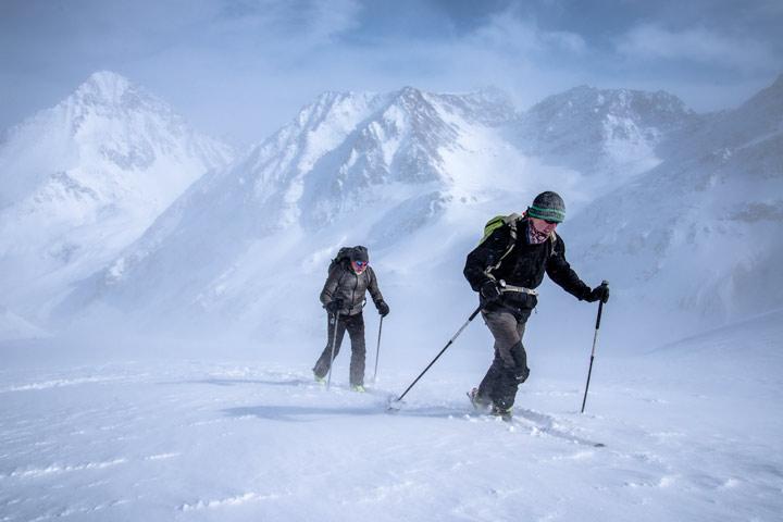 Skitourengänger bei Sturm in den Stubaier Alpen