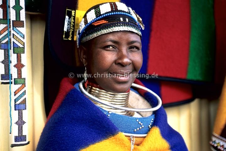 Südafrika - Eine Ndebelefrau beim Freilichtmuseum bei Botshabelo