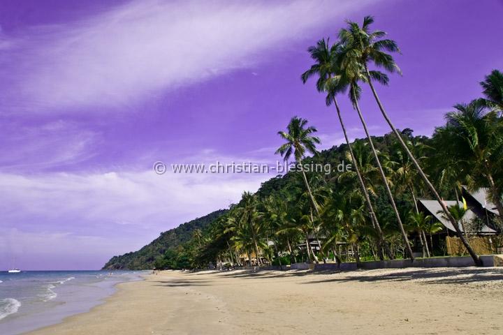 """Die Insel Ko Chang an der Ostküste Thailands ist noch nicht ganz so vom Tourismus überlaufen, wie viele andere Inseln in Thailand. Neben weißen Sandstränden mit Kokospalmen bietet die """"Elefanteninsel"""" unter anderem Wasserfälle und Korallenriffe zum Tauchen. Ko Chang ist die drittgrößte Insel Thailands."""