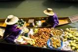 Thailand: Schwimmender Markt - Die schwimmenden Märkte von Damnoen Saduak sind ein Touristenmagnet. Auf dem Wasser wird von Lebensmitteln bis zu Souvenirs alles angeboten.