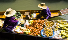Die schwimmenden Märkte von Damnoen Saduak sind ein Touristenmagnet. Auf dem Wasser wird von Lebensmitteln bis zu Souvenirs alles angeboten.