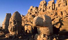 Götterstatuen am Nemrut Dağı - Auf dem Gipfel des Nemrut Dağı im Taurusgebirge im Südosten der Türkei erhebt sich eine monumentale Kombination aus Heiligtum und Grabstätte.
